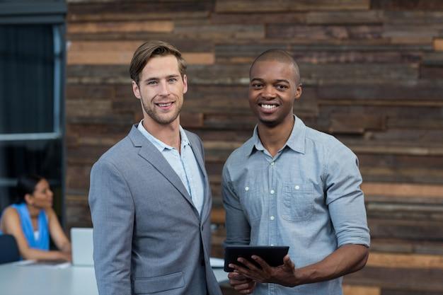 Geschäftsleute diskutieren über digitales tablet im büro