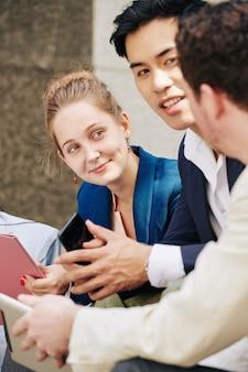 Geschäftsleute diskutieren über frische ideen