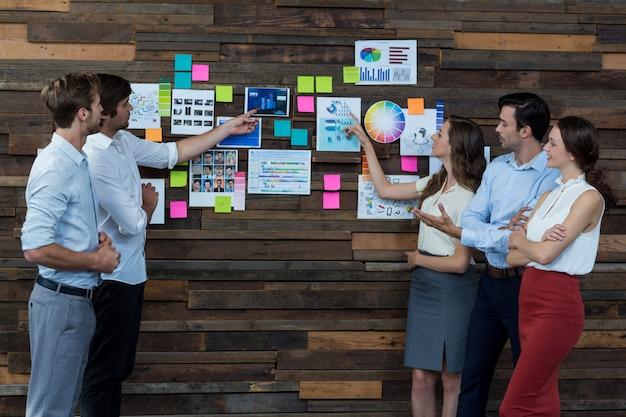 Geschäftsleute diskutieren über haftnotizen