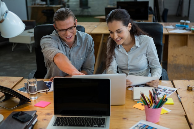 Geschäftsleute diskutieren über laptop