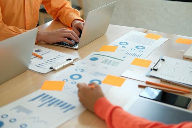 Geschäftsleute diskutieren über leistungseinnahmen in besprechungen