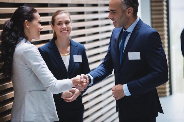 Geschäftsleute diskutieren und geben sich die hand