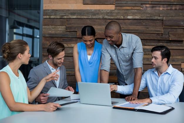 Geschäftsleute diskutieren während des meetings