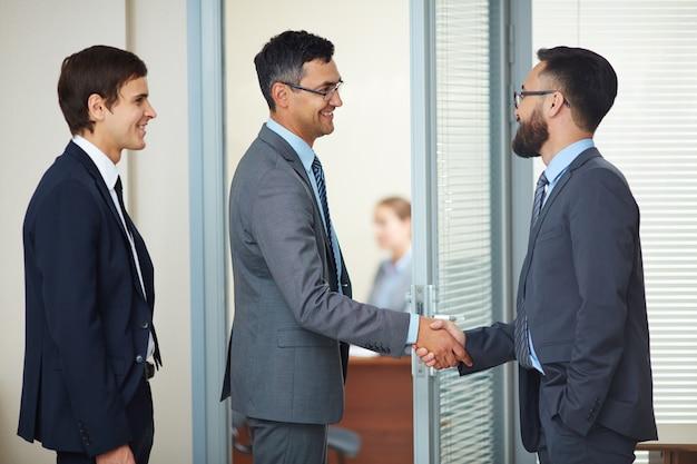 Geschäftsleute einen deal mit einem handschlag schließen