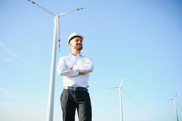 Geschäftsleute engineering stehen gut aussehend lächeln vor der turbine wegschauen