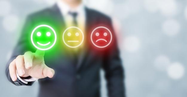 Geschäftsleute entscheiden sich dafür, glückliche symbole zu bewerten. umfrageerlebnis für kundenservice und geschäftszufriedenheit