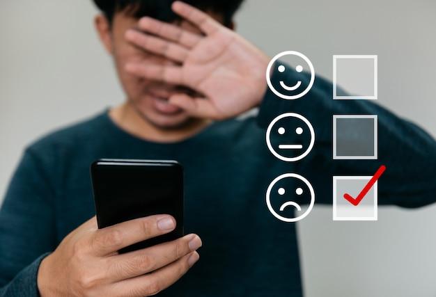 Geschäftsleute entscheiden sich dafür, schlechte symbole mit kopienraum zu bewerten. kundenservice-erfahrung