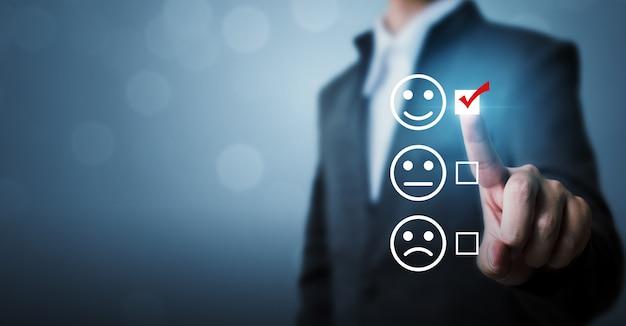 Geschäftsleute entscheiden sich für die bewertung von glücklichen symbolen