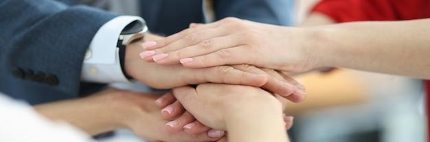 Geschäftsleute falten ihre hände im büro, nahaufnahme, erfolgreiches geschäft