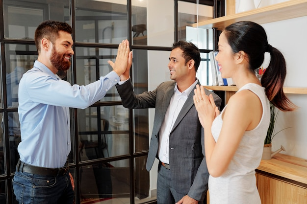 Geschäftsleute feiern erfolg im büro