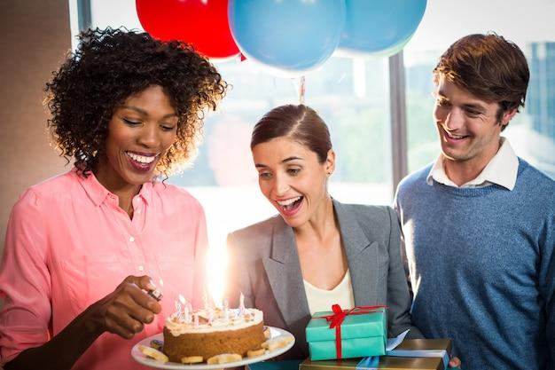Geschäftsleute feiern geburtstag