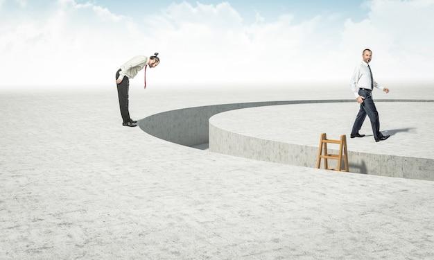 Geschäftsleute finden ein hindernis, aber nur einer von ihnen findet eine kreative lösung.