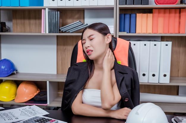 Geschäftsleute, frauen, die mit stress und müdigkeit im büro arbeiten.