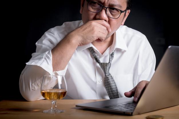 Geschäftsleute fühlen sich gestresst und denken über arbeit nach