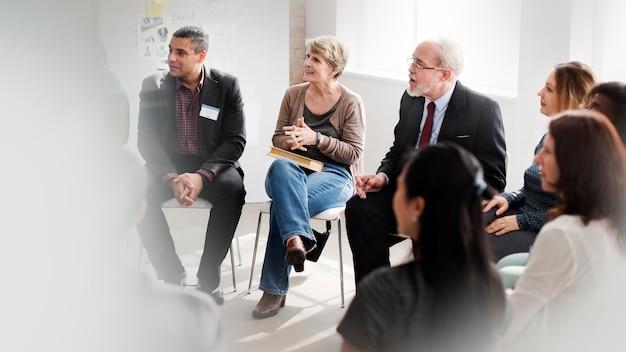Geschäftsleute führen eine diskussion