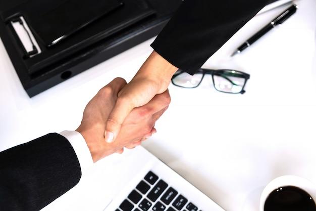 Geschäftsleute geben sich die hand und beenden ein meeting-, geschäfts- und bürokonzept