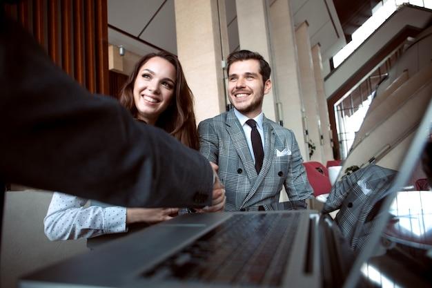 Geschäftsleute geben sich die hand und beenden ein meeting.
