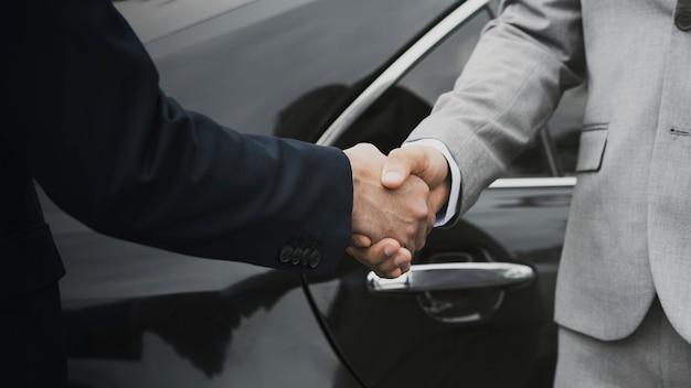 Geschäftsleute grüßen durch händeschütteln