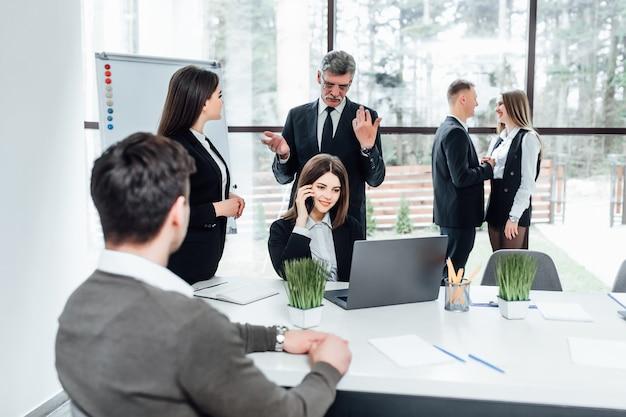 Geschäftsleute gruppieren sich die hände und bleiben als team im kreis und repräsentieren das konzept von freundschaft und teamwork.