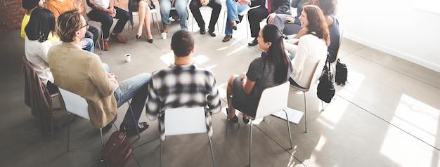 Geschäftsleute haben eine diskussion