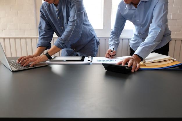 Geschäftsleute haben eine sitzung, der geschäftsmann, der mit team arbeitet