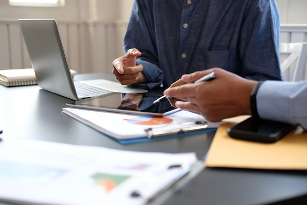 Geschäftsleute haben eine sitzung, geschäftsmann unter verwendung der tablette, die mit team arbeitet