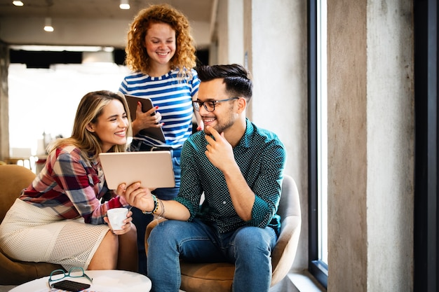 Geschäftsleute haben spaß, brainstorming und chatten im büro am arbeitsplatz