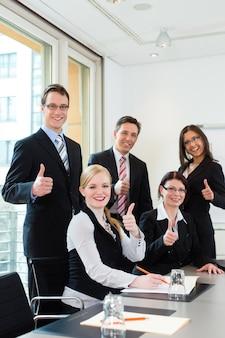 Geschäftsleute haben teambesprechung in einem büro