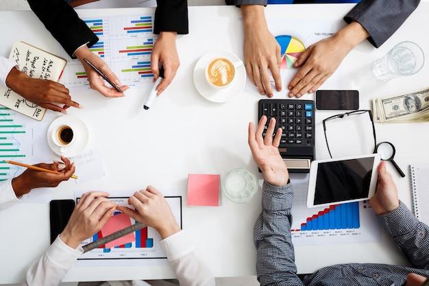 Geschäftsleute hände auf weißem tisch mit dokumenten und entwürfen