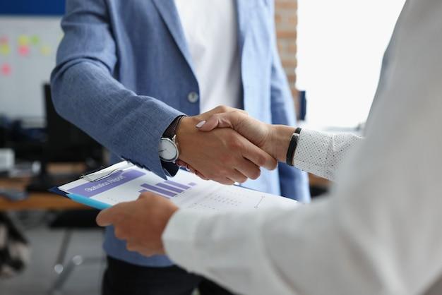 Geschäftsleute händedruck beim treffen im büro