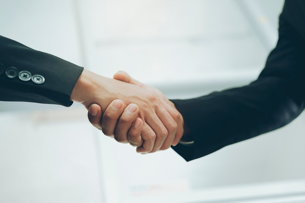Geschäftsleute händedruck erfolgreiche geschäftsleute händeschütteln nach einem guten geschäft