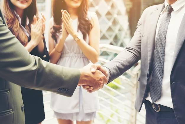 Geschäftsleute händeschütteln, abschluss eines treffens erfolg deal.