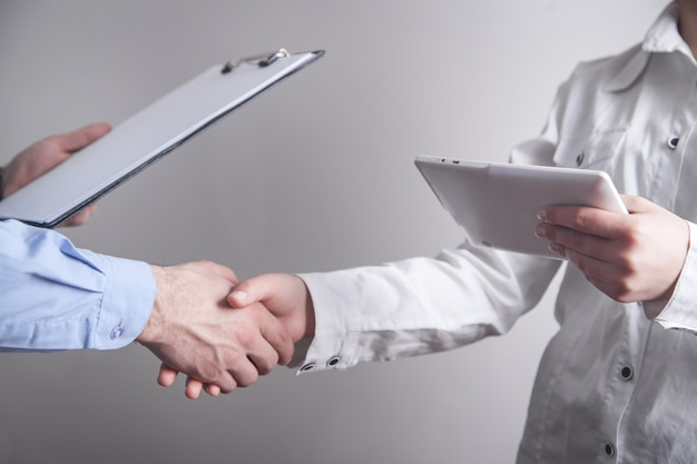 Geschäftsleute händeschütteln. berufliche partnerschaft. deal-konzept