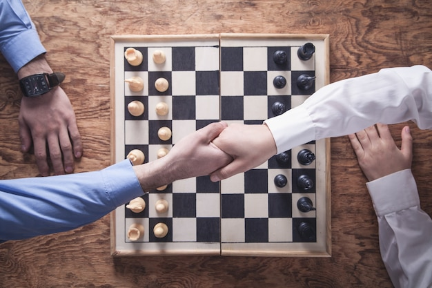 Geschäftsleute händeschütteln. schach spielen