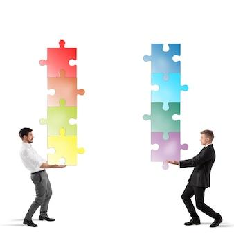 Geschäftsleute halten einen stapel puzzles zusammen