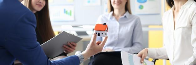 Geschäftsleute halten treffen zur entwicklung eines netzwerks für den verkauf von immobilien ab