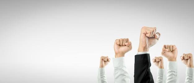 Geschäftsleute hoben die hände, um die feier der organisation zu gewinnen. das geschäftskonzept ist auf erfolg ausgerichtet.