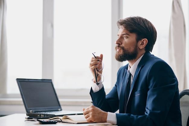Geschäftsleute im büro am schreibtisch karriere wut technologien