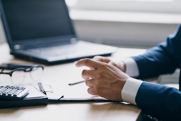 Geschäftsleute im büro am schreibtisch karrieretechnologien