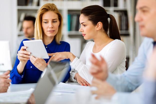 Geschäftsleute im büro, die eine konferenz abhalten und strategien diskutieren