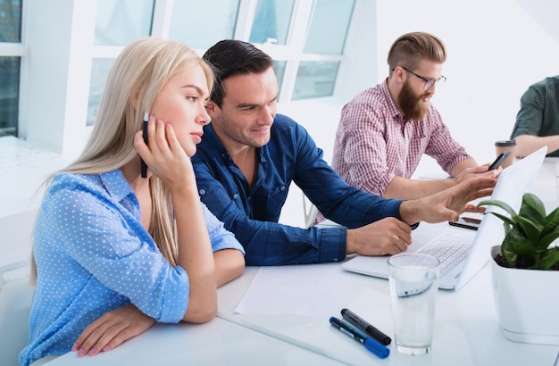 Geschäftsleute im büro, die über ein internetnetzwerk mit einem computer verbunden sind. konzept der startup-firma