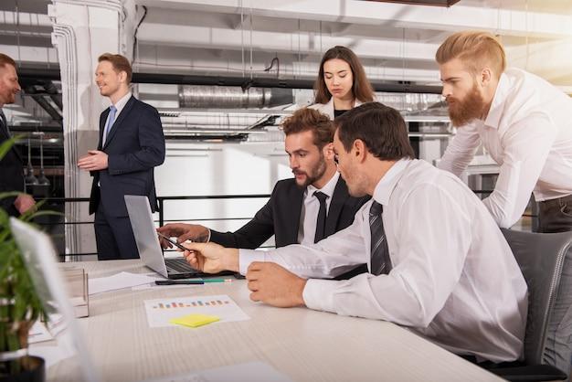 Geschäftsleute im büro verbunden über internet-netzwerk mit einem computer. konzept der startup-firma