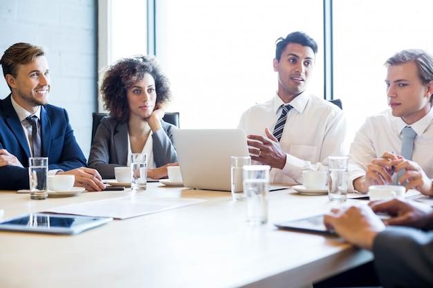 Geschäftsleute im konferenzraum während eines treffens im büro
