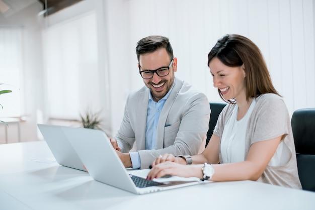 Geschäftsleute im modernen büro.