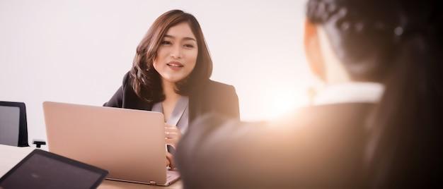 Geschäftsleute im seminarraum. treffen des unternehmenserfolgs brainstorming-teamwork