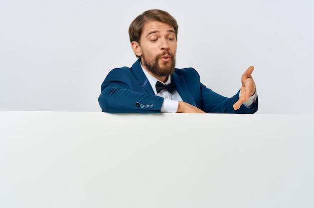 Geschäftsleute in anzug weiß mocap poster rabatt werbung isoliert hintergrund