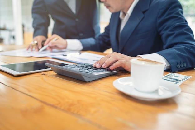 Geschäftsleute in büro verbundener startfirma.