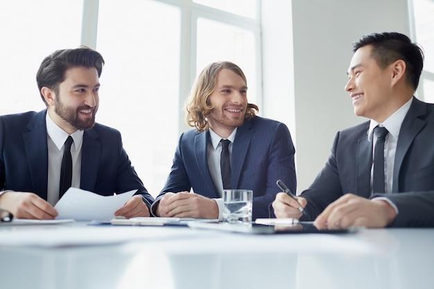 Geschäftsleute in der sitzung ein scherz