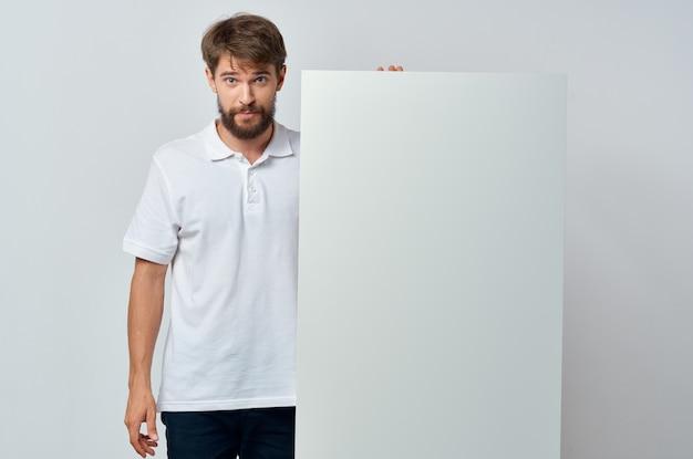 Geschäftsleute in einem weißen t-shirt mocap poster rabatt werbung auf weißem hintergrund
