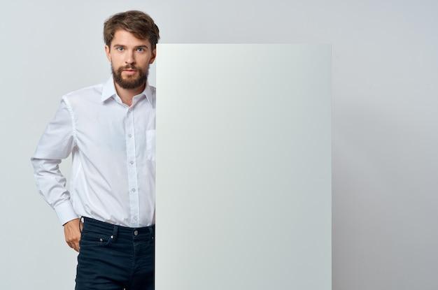 Geschäftsleute in einem weißen t-shirt mocap poster rabatt werbung copyspace studio